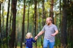 幸福家庭在平衡的公园走,握手 库存图片