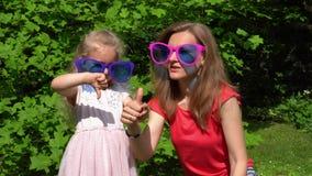幸福家庭女孩母亲和女儿在巨大的太阳镜投入了 股票录像