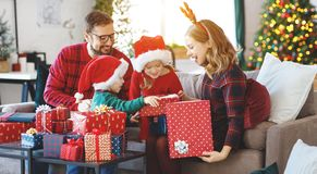 幸福家庭开放礼物在圣诞节早晨 库存照片