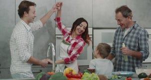 幸福家庭成人父母和两男孩一起有一个好周末在做早餐和跳舞同样的厨房 股票视频