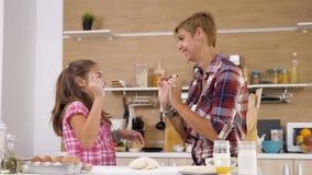 幸福家庭有了不起的时光在厨房 股票录像