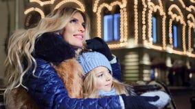 幸福家庭母亲和一点女儿拥抱室外在照亮的光背景 股票视频