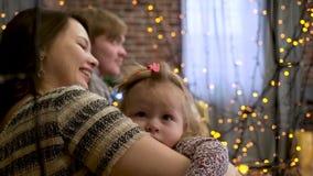 幸福家庭母亲和使用在冬天的婴孩小女儿为圣诞节假日,闪耀背景 股票视频