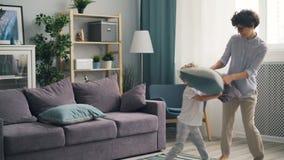 幸福家庭母亲和儿子战斗的枕头在家和笑享受比赛 影视素材