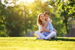 幸福家庭母亲和儿童女儿本质上在夏天 免版税库存图片