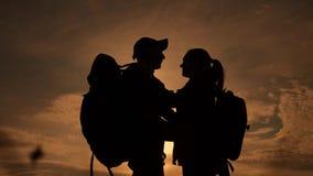幸福家庭游人现出轮廓在日落拥抱亲吻 配合旅行概念 人生活方式和妇女加上 股票录像