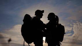 幸福家庭游人现出轮廓在日落拥抱亲吻 配合旅行概念 生活方式男人和妇女加上 影视素材