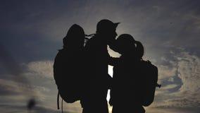 幸福家庭游人现出轮廓在日落拥抱亲吻 配合旅行概念 男人和生活方式妇女加上 影视素材