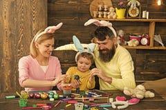 幸福家庭的复活节彩蛋想法 免版税图库摄影