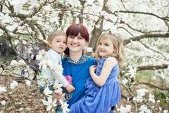 幸福家庭的概念,母性 有她的dauther的有花的母亲和儿子 Women& x27; s? 图库摄影