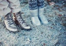 幸福家庭的画象:有她的走在冬天城市公园的小逗人喜爱的女儿的一年轻美女 库存图片