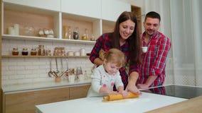 幸福家庭获得乐趣一起在厨房 影视素材