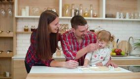幸福家庭获得乐趣一起在厨房 股票录像