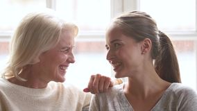 幸福家庭资深成熟母亲和年轻女人谈的笑 股票视频