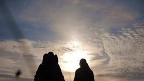 幸福家庭走游人的生活方式拿着手剪影在日落 徒步旅行者配合旅行概念 r 影视素材