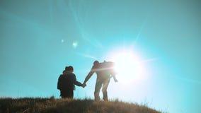 幸福家庭配合商务旅游概念 夫妇剪影跃迁幸福握手的丈夫和妻子奔跑 影视素材