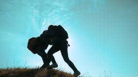 幸福家庭配合帮助商务旅游概念 两个徒步旅行者人和妇女游人登山人在上面上升 股票视频