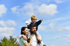 幸福家庭-母亲、父亲和儿子天空背景的在夏天 要作-快乐的男孩的自由使用与纸 免版税图库摄影