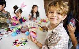 幸福小组逗人喜爱和可爱的孩子为复活节做准备 免版税库存图片