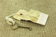 幸福概念的钥匙在土气背景 免版税图库摄影