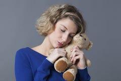 幸福的女性从儿童乡情的柔软和cozyness 免版税库存图片