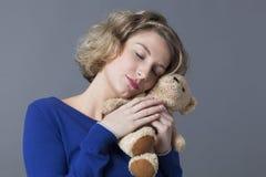 幸福的女性从儿童记忆的柔软和cozyness 库存照片