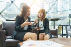 幸福谈话和考虑他们的工作的女商人- 免版税库存照片