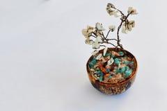 幸福风水树从一根导线的与白色石头 免版税库存照片