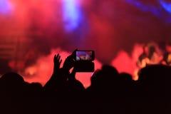 幸福,当享受生活音乐会时 免版税库存照片