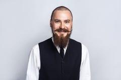 幸福 与看与暴牙的兴高采烈的面孔的胡子和把手髭的英俊的商人照相机 免版税库存照片