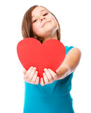 幸福-有红色心脏的微笑的女孩 库存照片