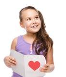 幸福-有红色心脏的微笑的女孩 图库摄影