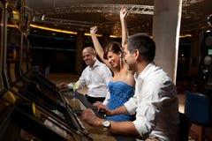幸运女性赌客和男朋友庆祝 免版税库存照片