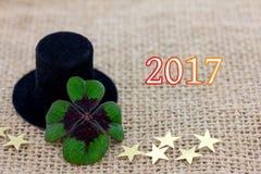 幸运的三叶草、一个圆筒帽子和星新年2017年 免版税库存图片