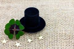 幸运的三叶草、一个圆筒帽子和星新年2017年 库存图片
