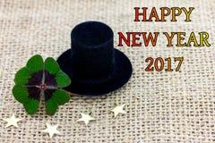幸运的三叶草、一个圆筒帽子和星新年2017年 免版税图库摄影