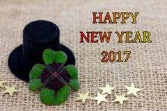 幸运的三叶草、一个圆筒帽子和星新年2017年 免版税库存照片