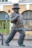幸运的烟囱扫除机雕塑在塔林,爱沙尼亚 免版税库存照片