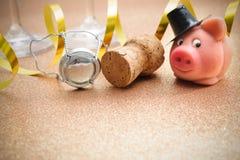 幸运的猪和黄柏从香槟瓶 库存照片