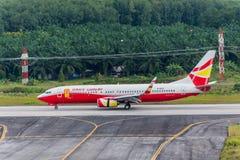 幸运的空气空中航线在Krabi机场飞行着陆 库存图片