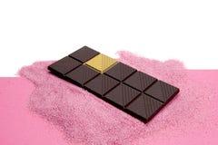 幸运的金巧克力桃红色背景 免版税库存照片