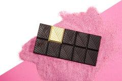 幸运的金巧克力桃红色背景 免版税库存图片