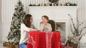 幻想怎样的一个愉快的男孩和他的母亲在信件中写道给圣诞老人 免版税库存图片