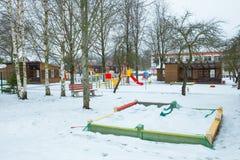幼儿园和沙盒对冬天 城市都市视图 冬天和雪 旅行照片2018年 库存图片