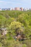 幼儿园在绿色森林和城市在春天 库存照片