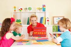 幼儿园孩子在有老师的教室 库存照片