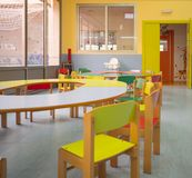 幼儿园概念 婴孩吃饭的客人内部看法  库存照片