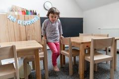 幼儿园概念 获得愉快的学龄前的女孩演奏和乐趣 库存照片