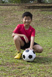 幼儿姿势在绿草领域的足球 库存照片