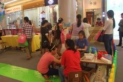幼儿期教育咨询的领域在深圳太古城购物中心 免版税库存照片